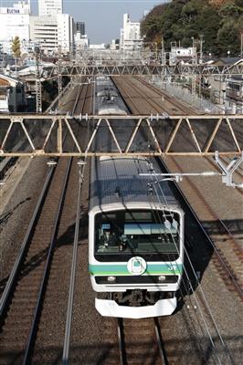 常磐線E231系。「常磐線開業120周年」記念ヘッドマーク掲示。