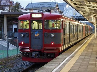 軽井沢駅に到着したしなの鉄道115系。