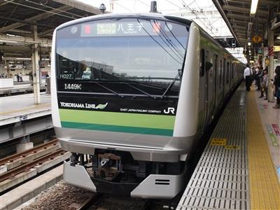 横浜駅を出て行く横浜線E233系6000番代。