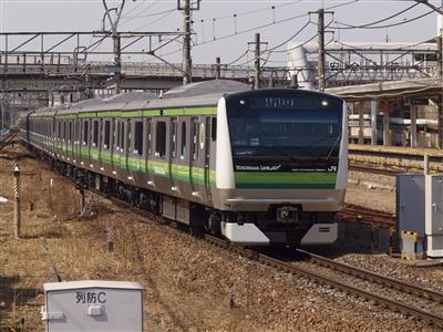 長津田駅に入線する横浜線E233系。